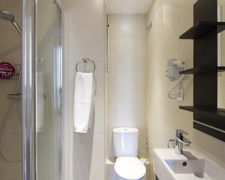 Four-Bedroom apartment bathroom with shower
