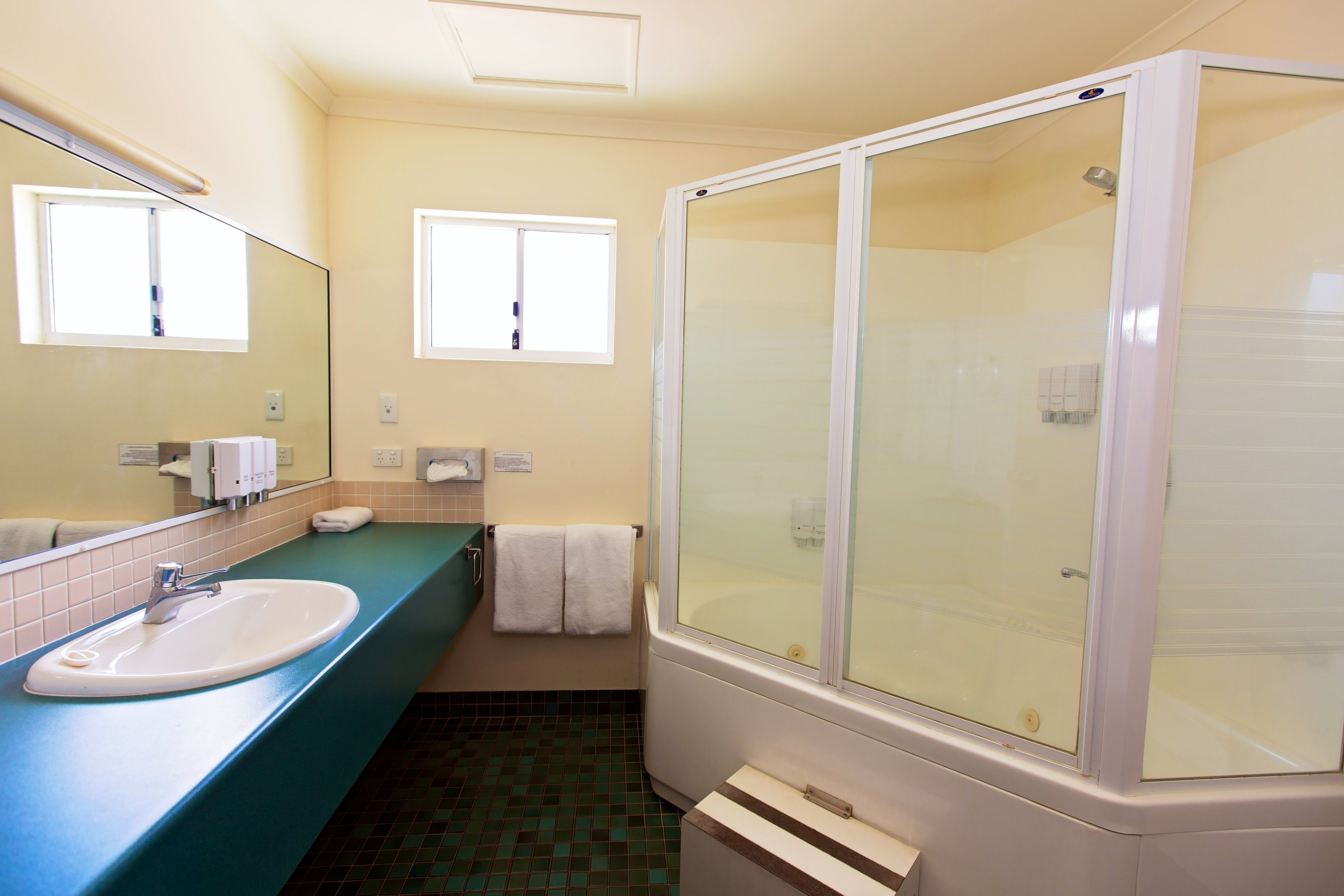 Spa Bath Superior Spa Room White Lace Motor Inn Mackay