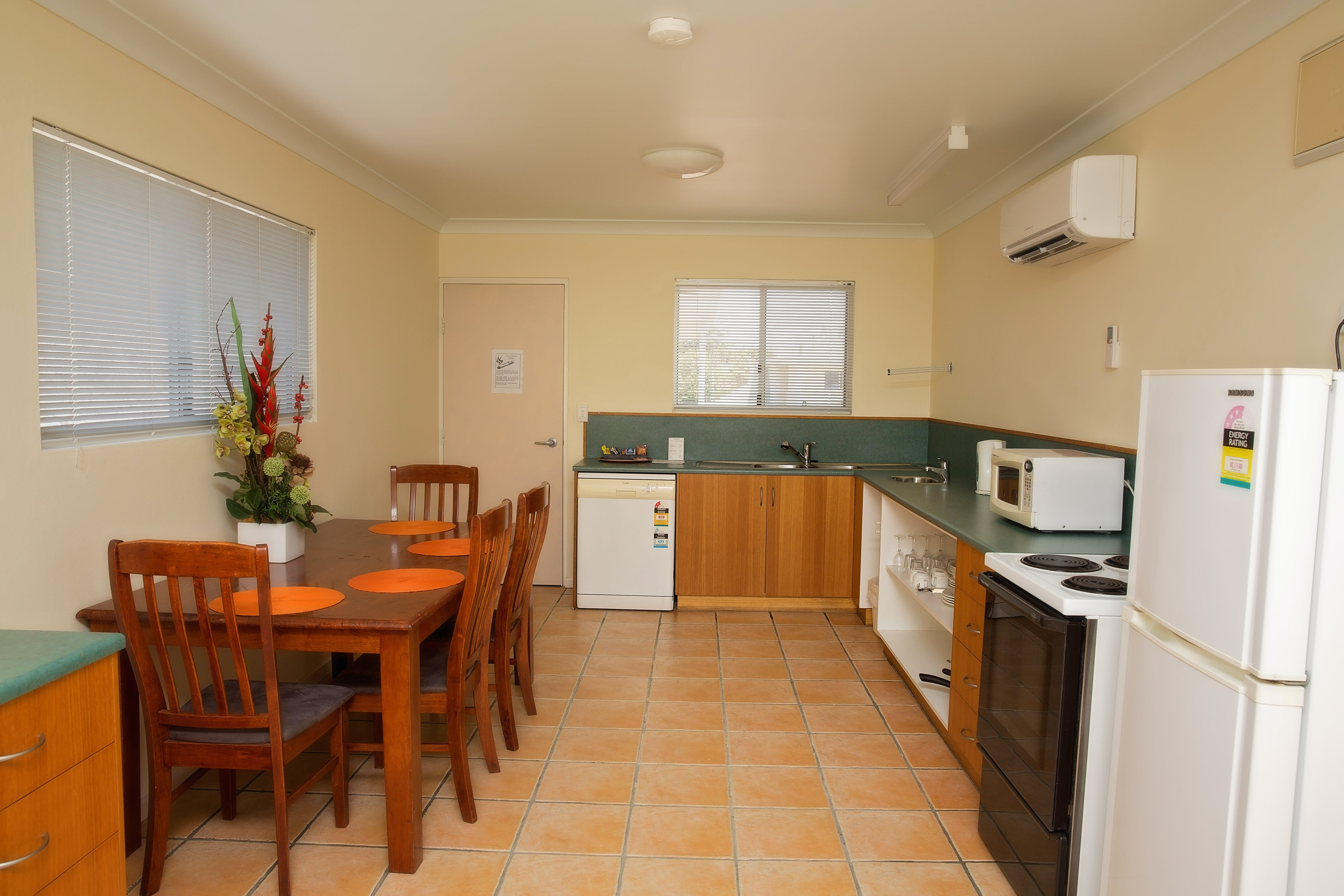 Kitchen Family Room with Kitchen White Lace Motor Inn Mackay, Comfortable Rooms