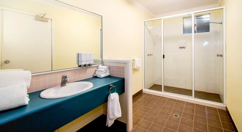 Bath Room Maxi Family Room White Lace Motor Inn Mackay