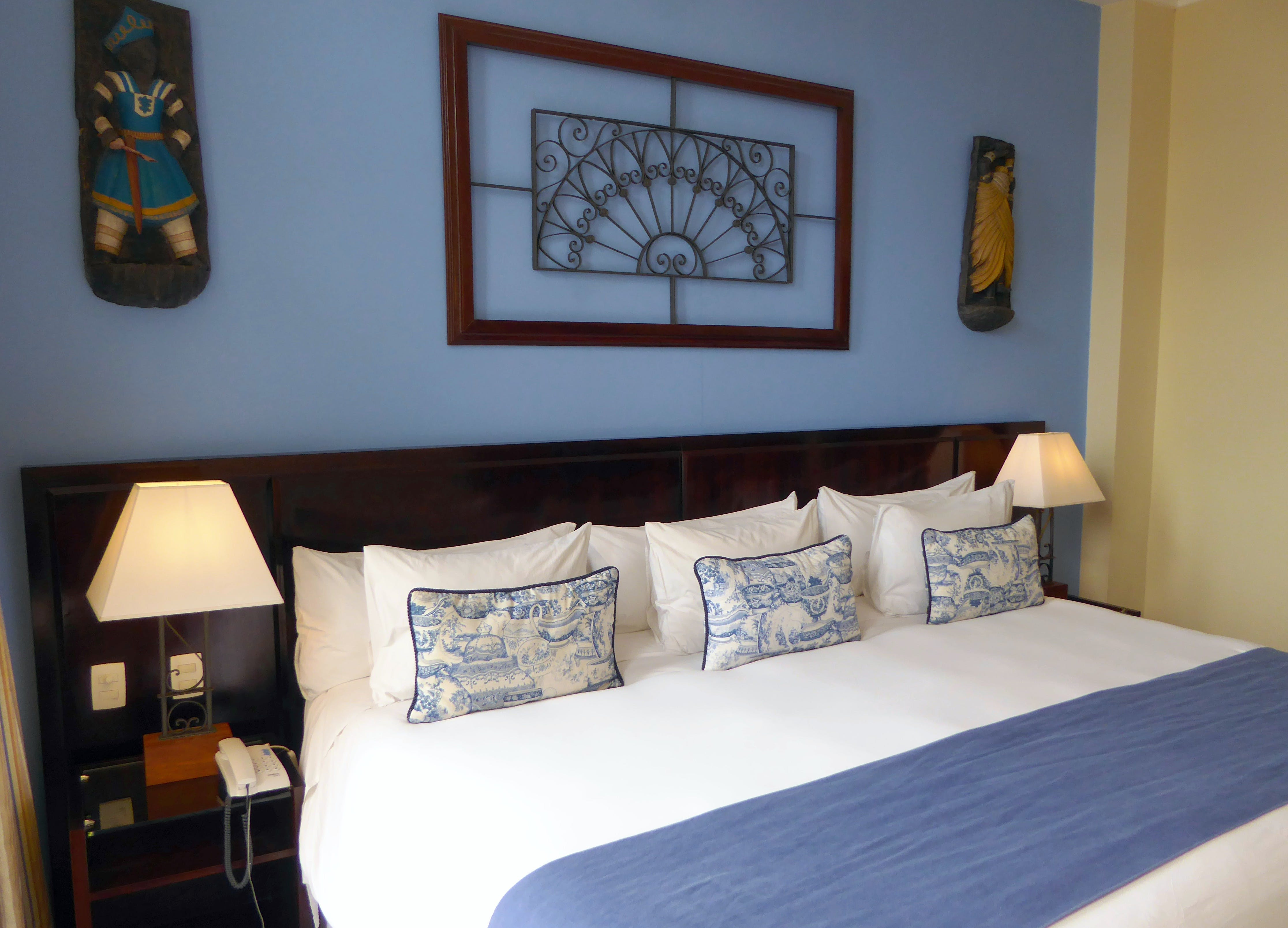 Hotel Casa Amarelindo DeLuxe Room Giant Bed Detail