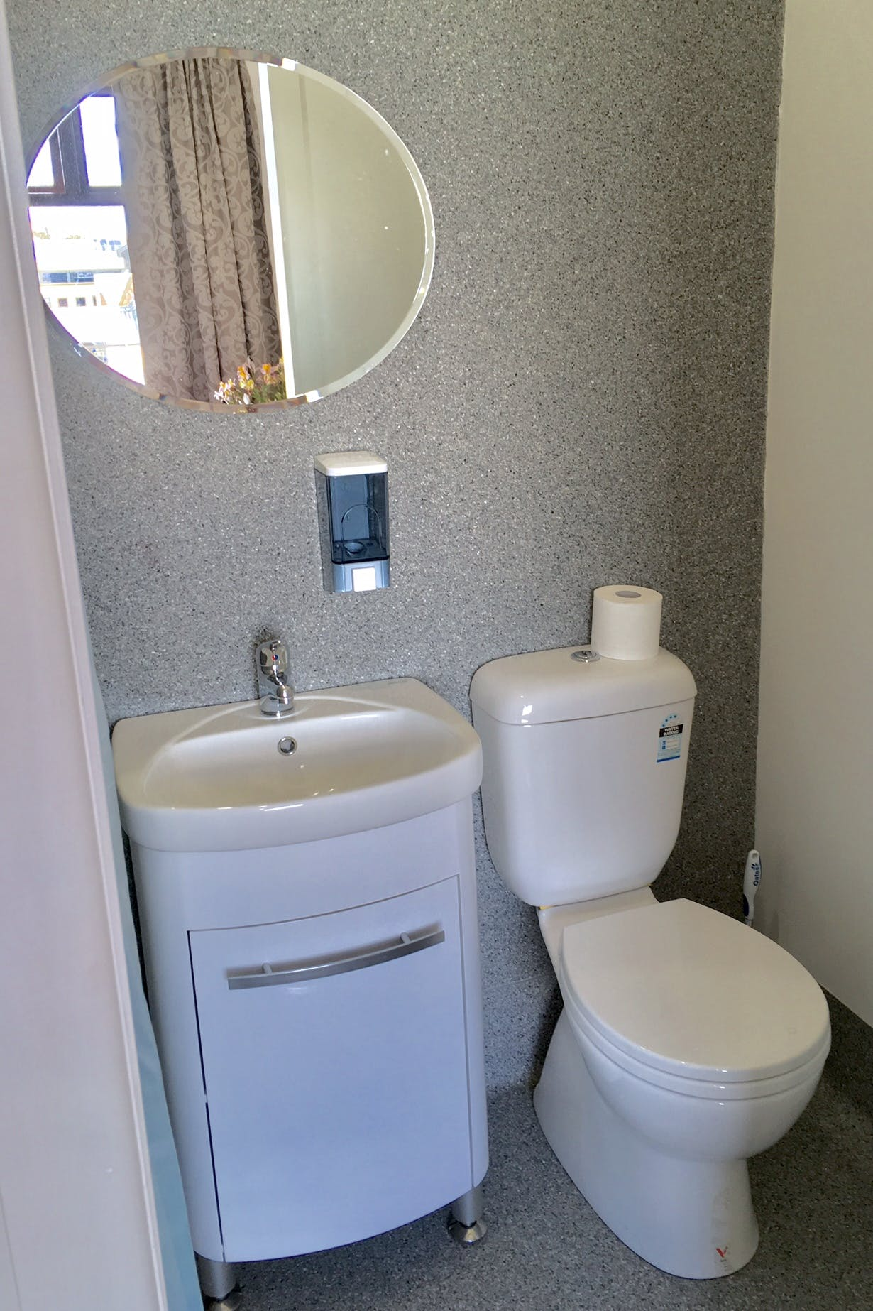 Queen en-suite (RM8), Toilet / shower. Large & equipped with comfort. Large sunny window.