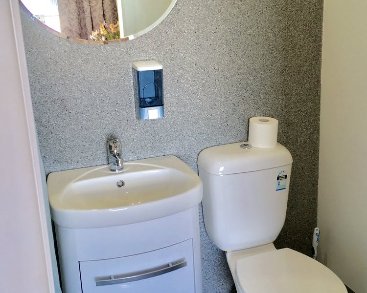 Queen en-suite (RM7), Toilet / shower. Large & equipped with comfort. Large sunny window.