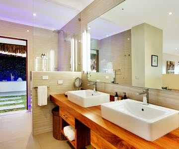 Deluxe Waterfront Villa Bathroom