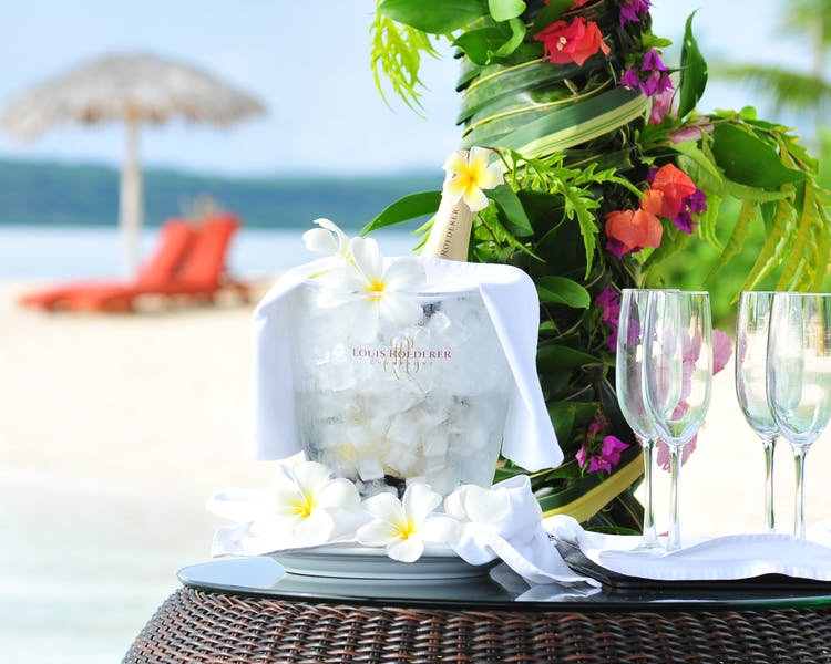The Havannah, Vanuatu. Award winning Luxury resort  for couples,  romance, weddings and Honeymoon. Beach Picnic champagne