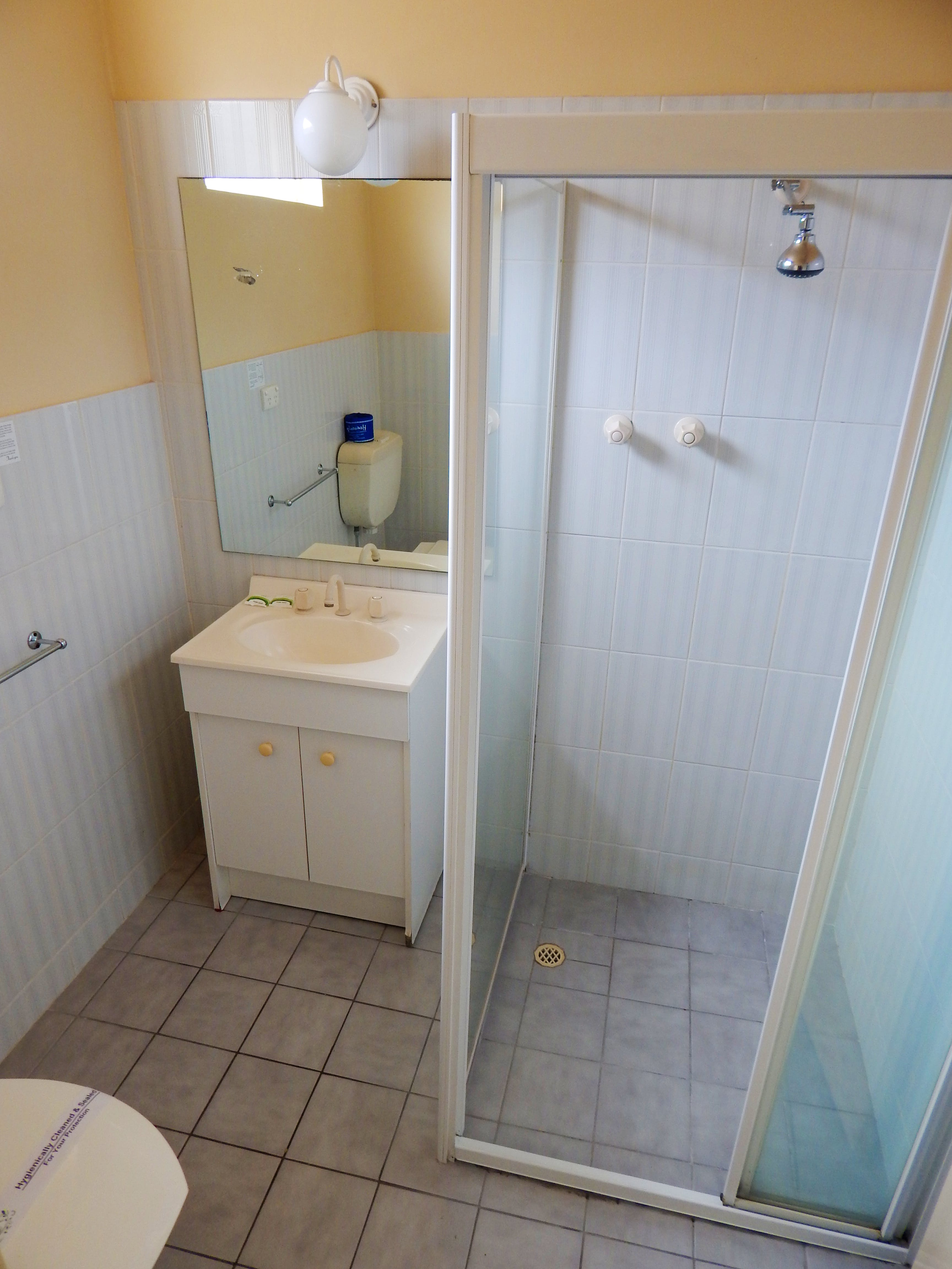 Economy Double or Deluxe Twin Bathroom