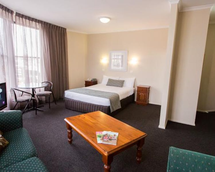 Ballarat accommodation – Executive queen room with spa bath
