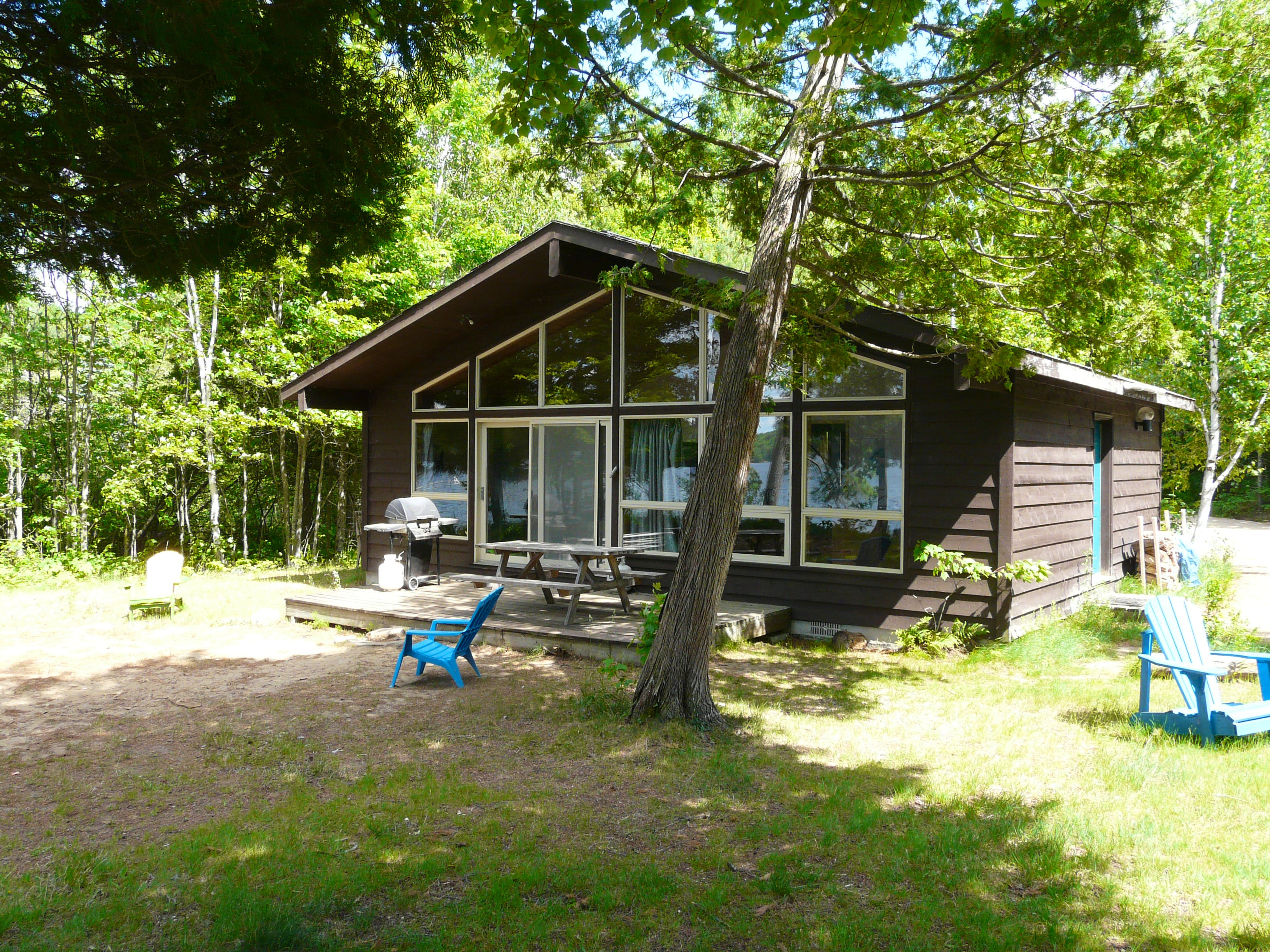 Family cottage rental accommodations nestled in the woods on lovely Walker Lake in Muskoka near Huntsville and Algonquin Park