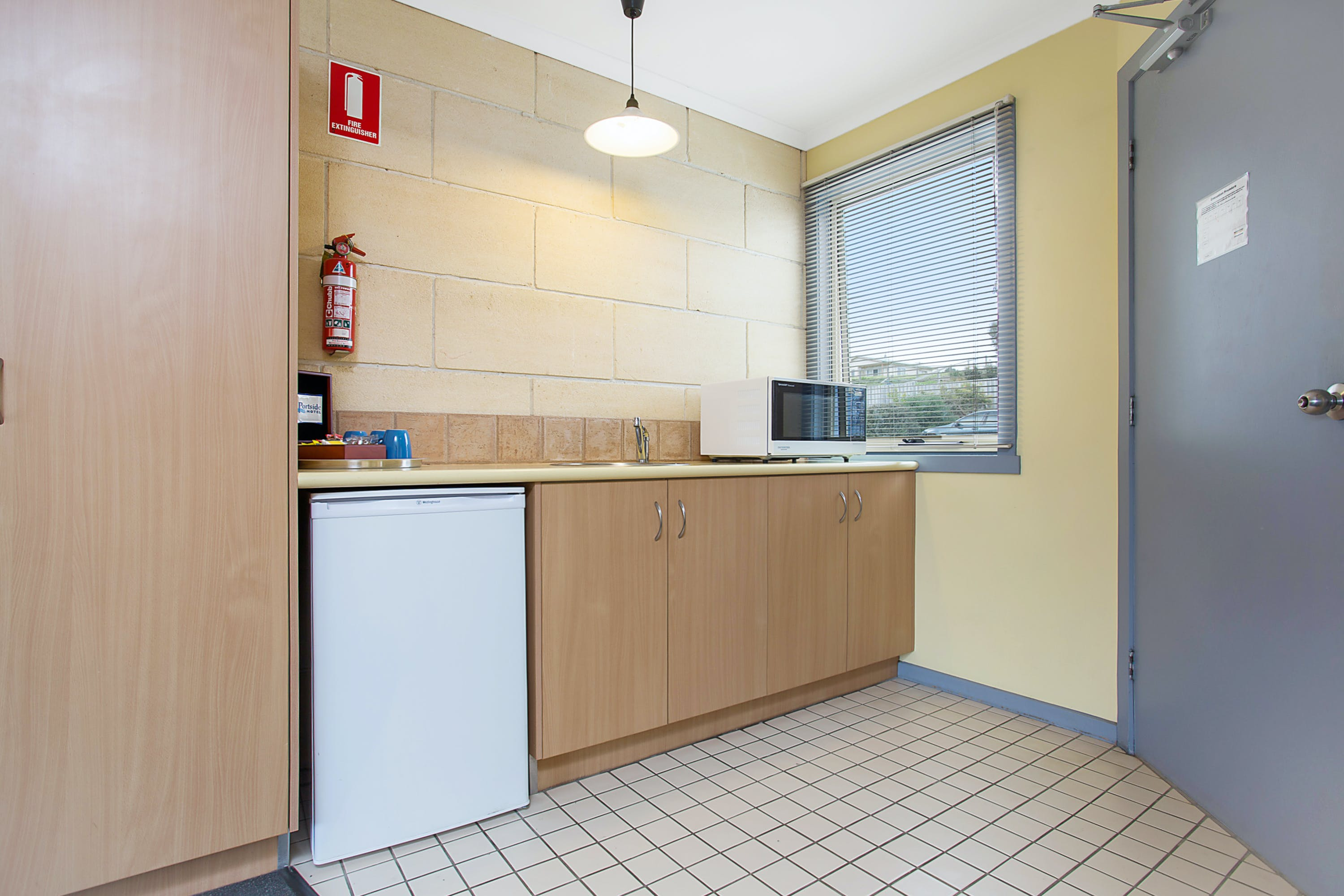 Portside Motel Port Campbell Deluxe Twin Room 5 kitchenette