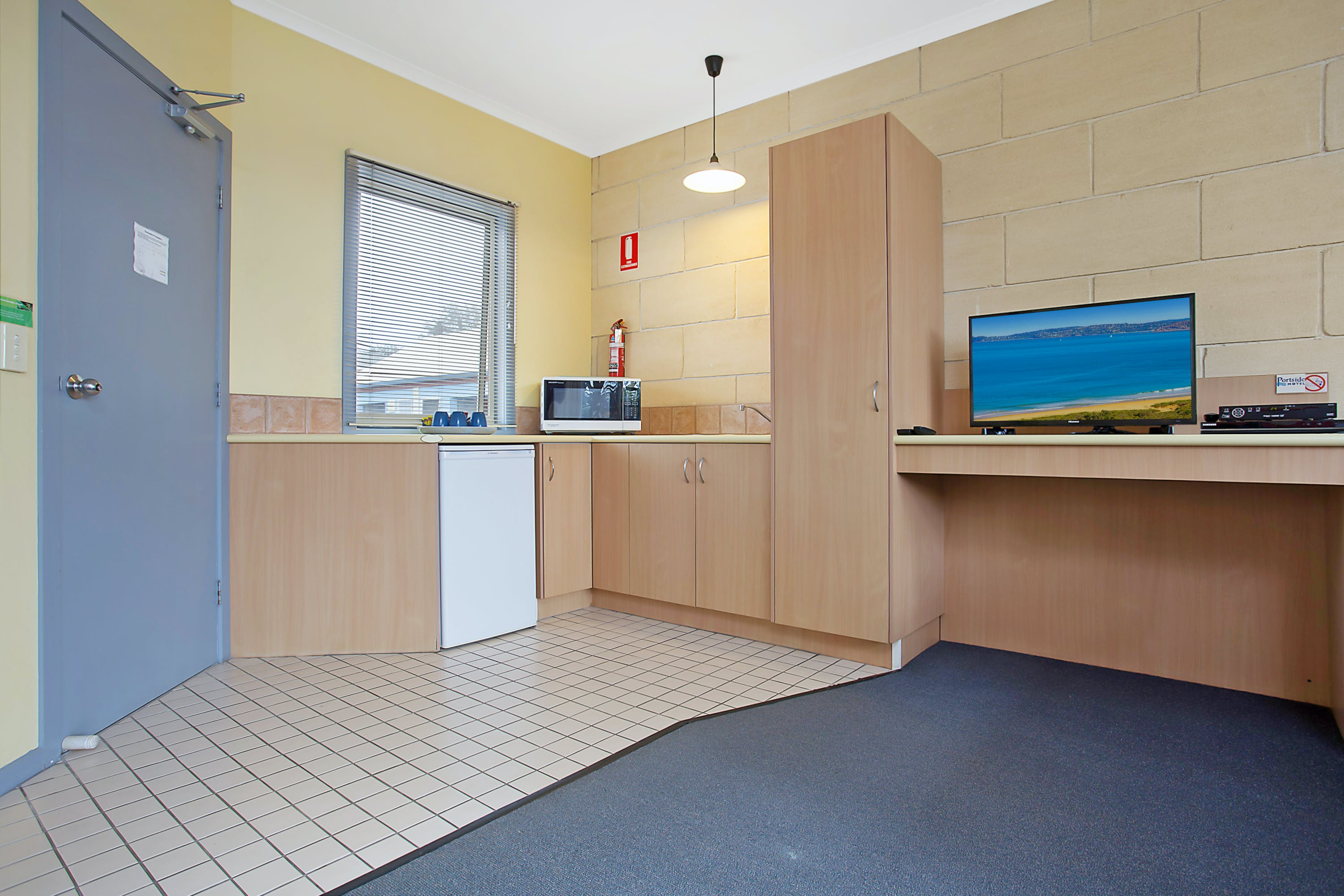 Portside Motel Port Campbell Deluxe Family room kitchenette