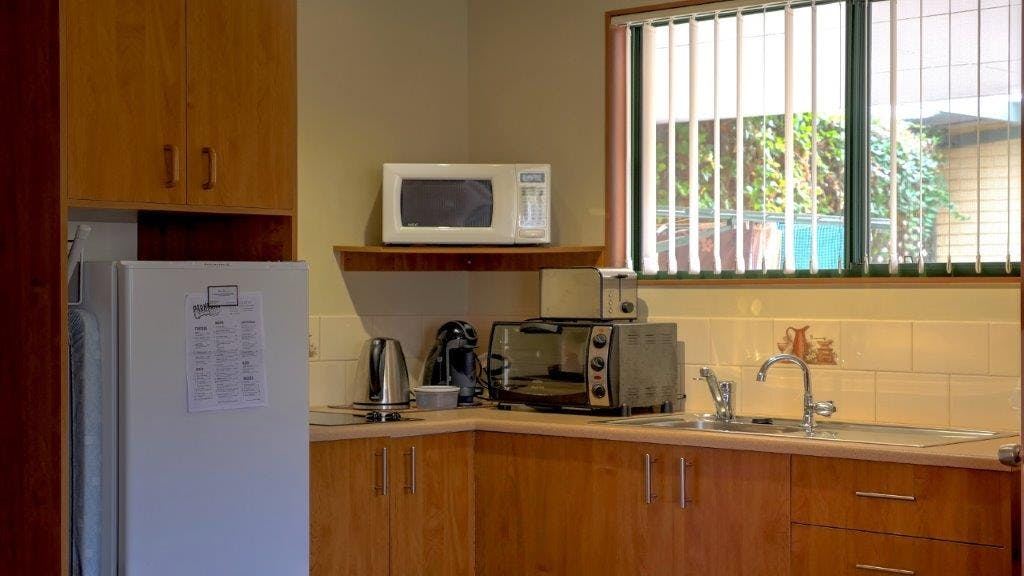 #Well equipped full size kitchen in the Queen Deluxe Apartment at Ficifolia Lodge in Parndana