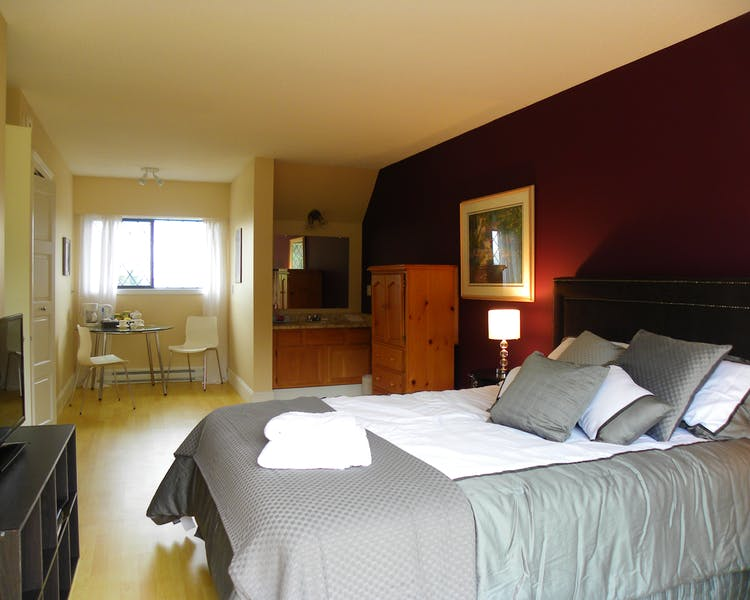 Honeymoon suite, Queen, Ocean and Golf View  Elizabeth Manor Qualicum