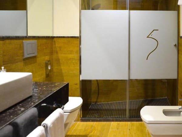 DELUXE one bedroom bathroom. Aguilas5 SevillaSuites