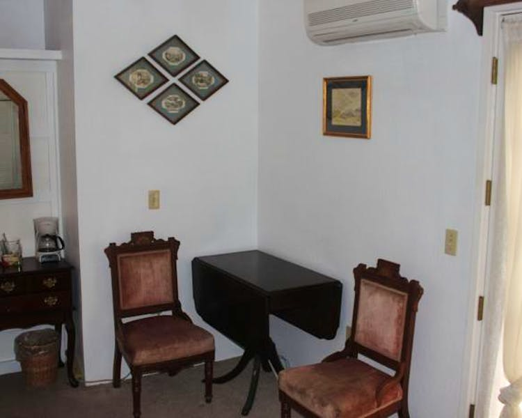 Prospector Room table and chairs