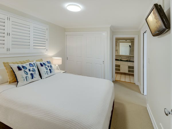 Queen bed in The Family Retreat (Eumundi).