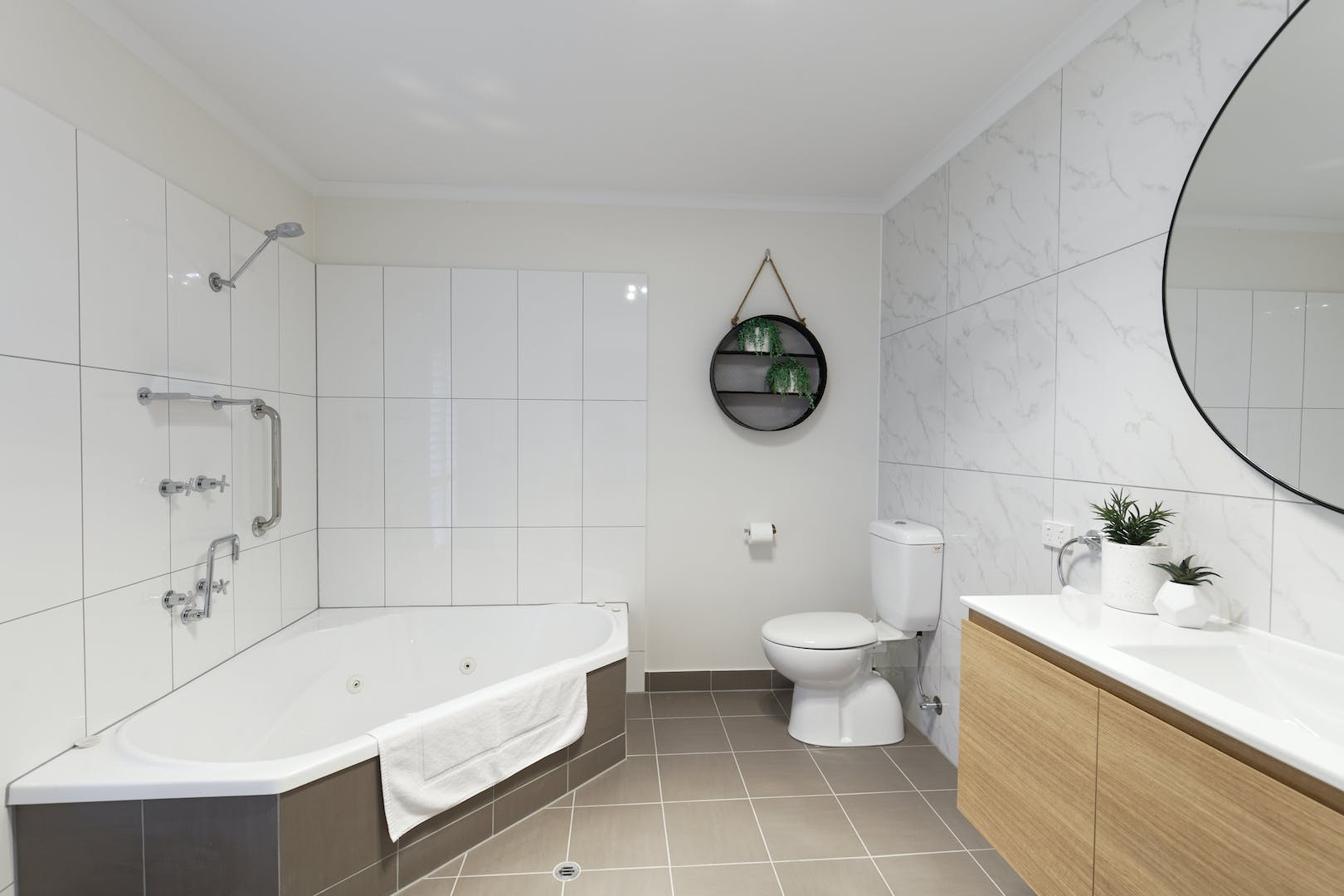 Inverloch accommodation The Sandy Mount spa bathroom Room 5