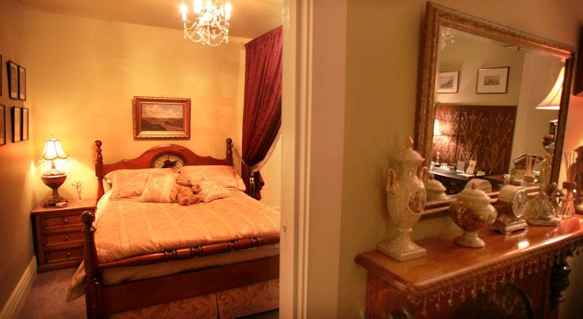 Historic Blakes Manor Heritage Accommodation. Affordable luxury and comfort close to hundreds of Tasmanias attractions