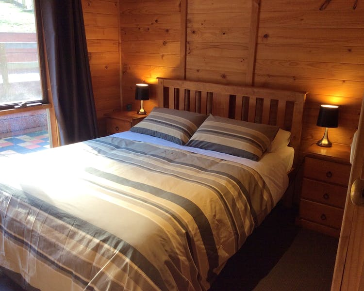 Queen bed in Trappers Lodge