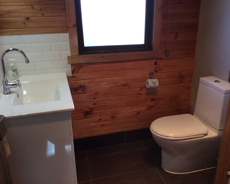 Self-contained studio cabin ensuite bathroom