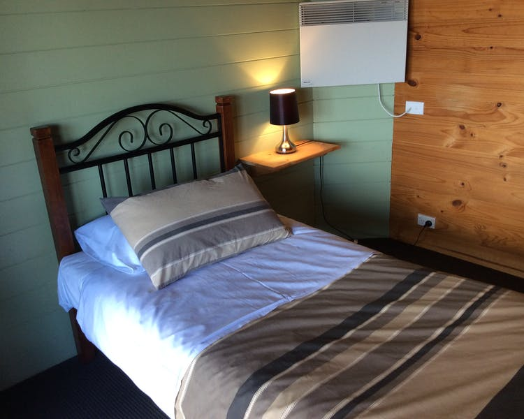 Single bed in Trappers Lodge