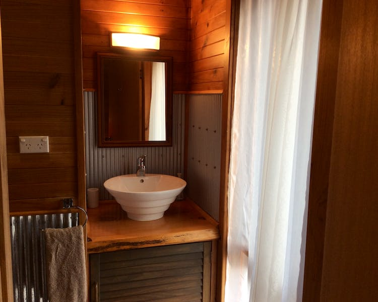 Ensuite basin and toilet in Trappers Lodge