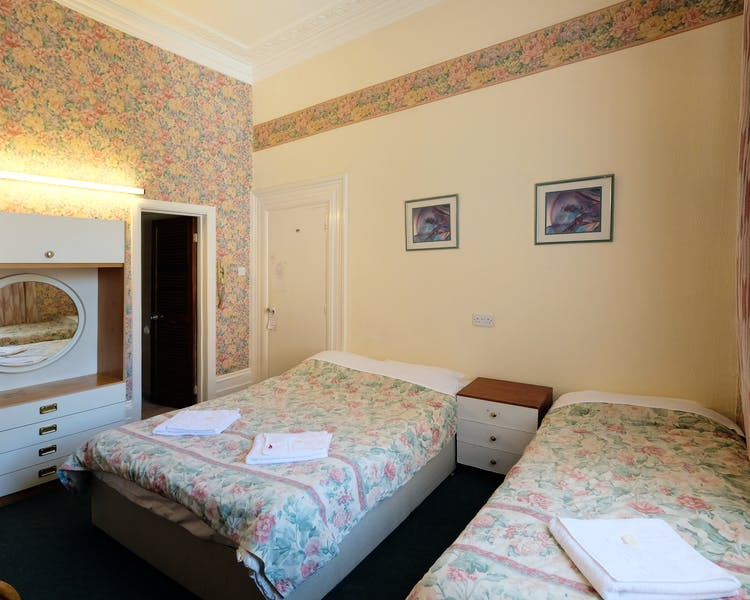 A triple room with ensuite bathroom in Paddington. London budget rooms.