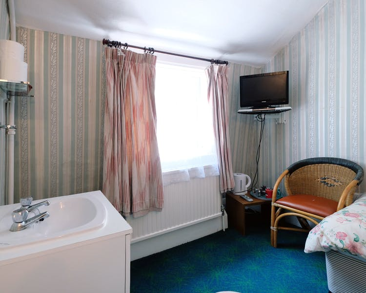 A twin room with shared bathroom in Paddington. London budget rooms.