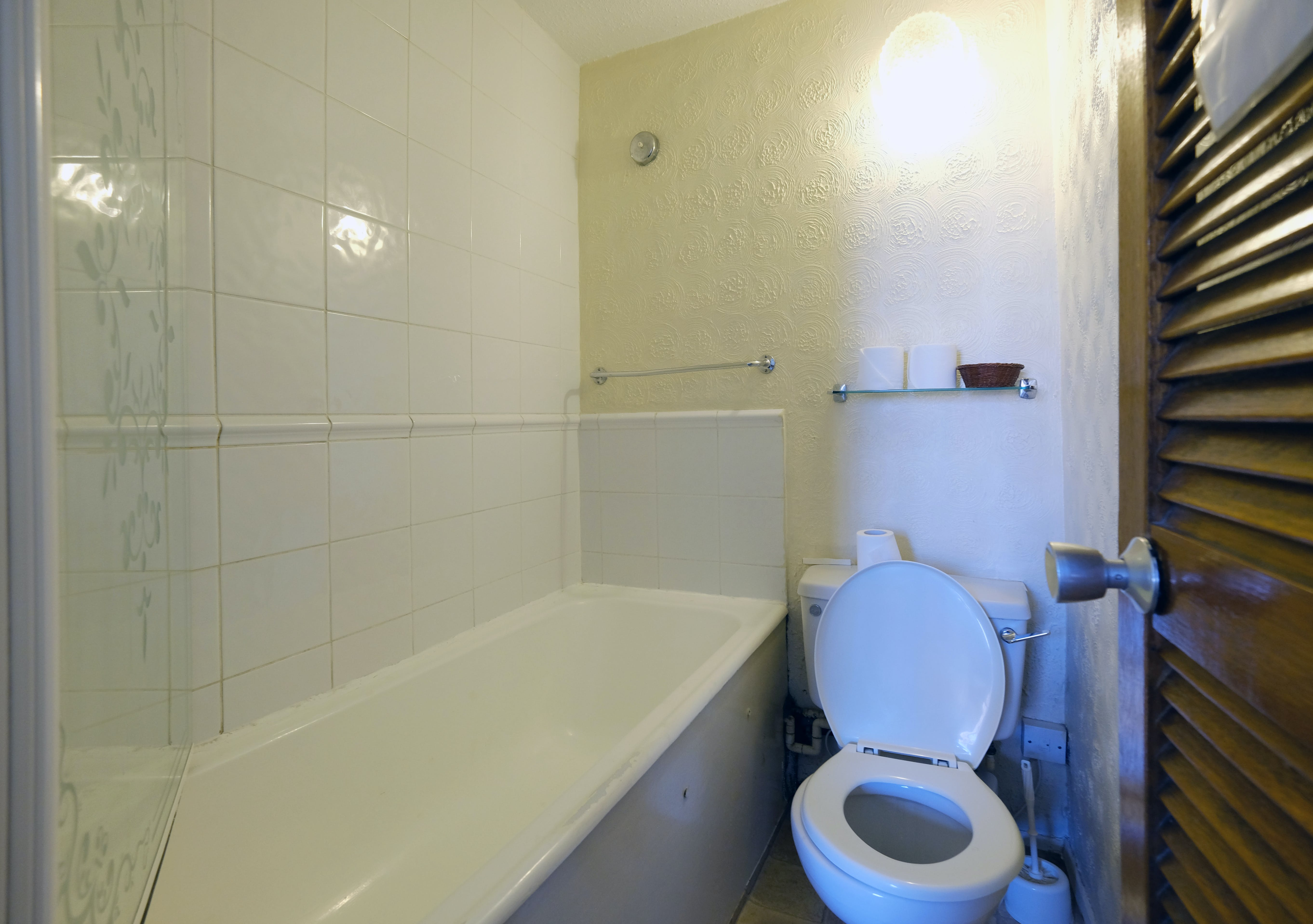 A bathroom in an ensuite twin room. Paddington budget rooms.