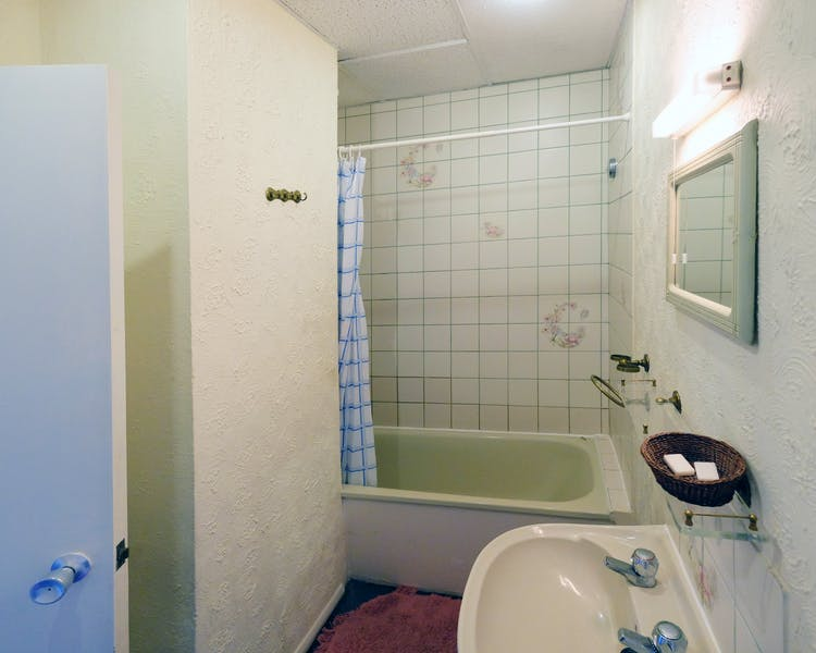 A bathroom in an ensuite double room. Paddington budget rooms.