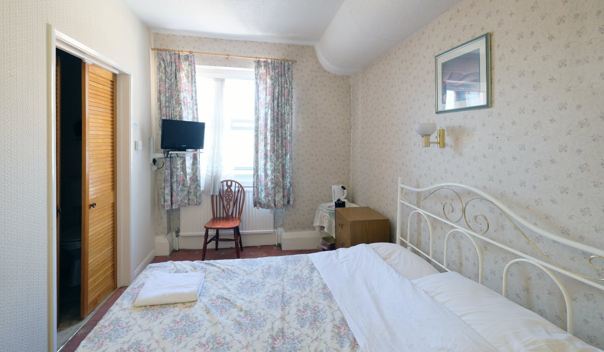 A double room with ensuite bathroom in Paddington. London budget rooms.