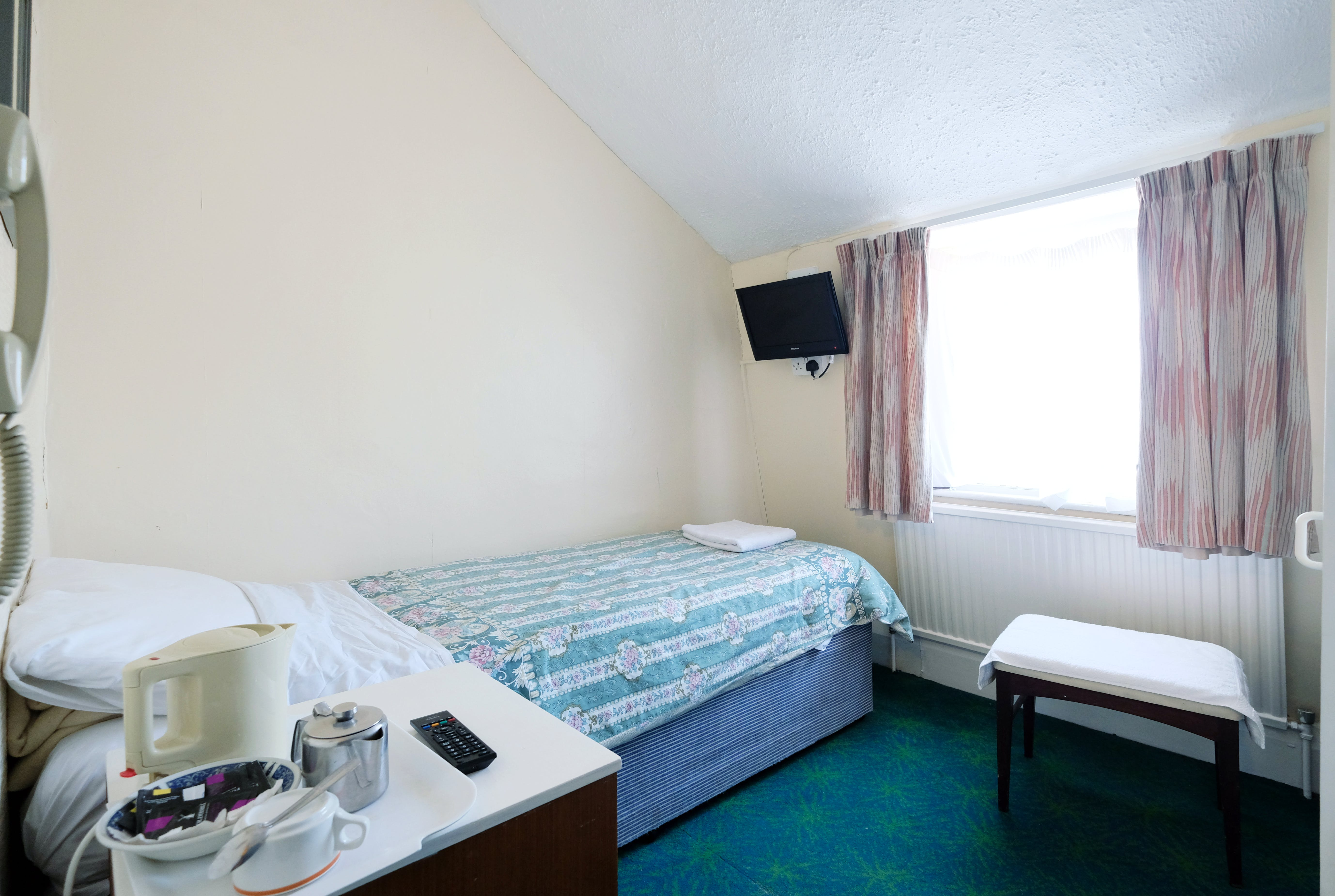 A single room with shared bathroom in Paddington. Budget room
