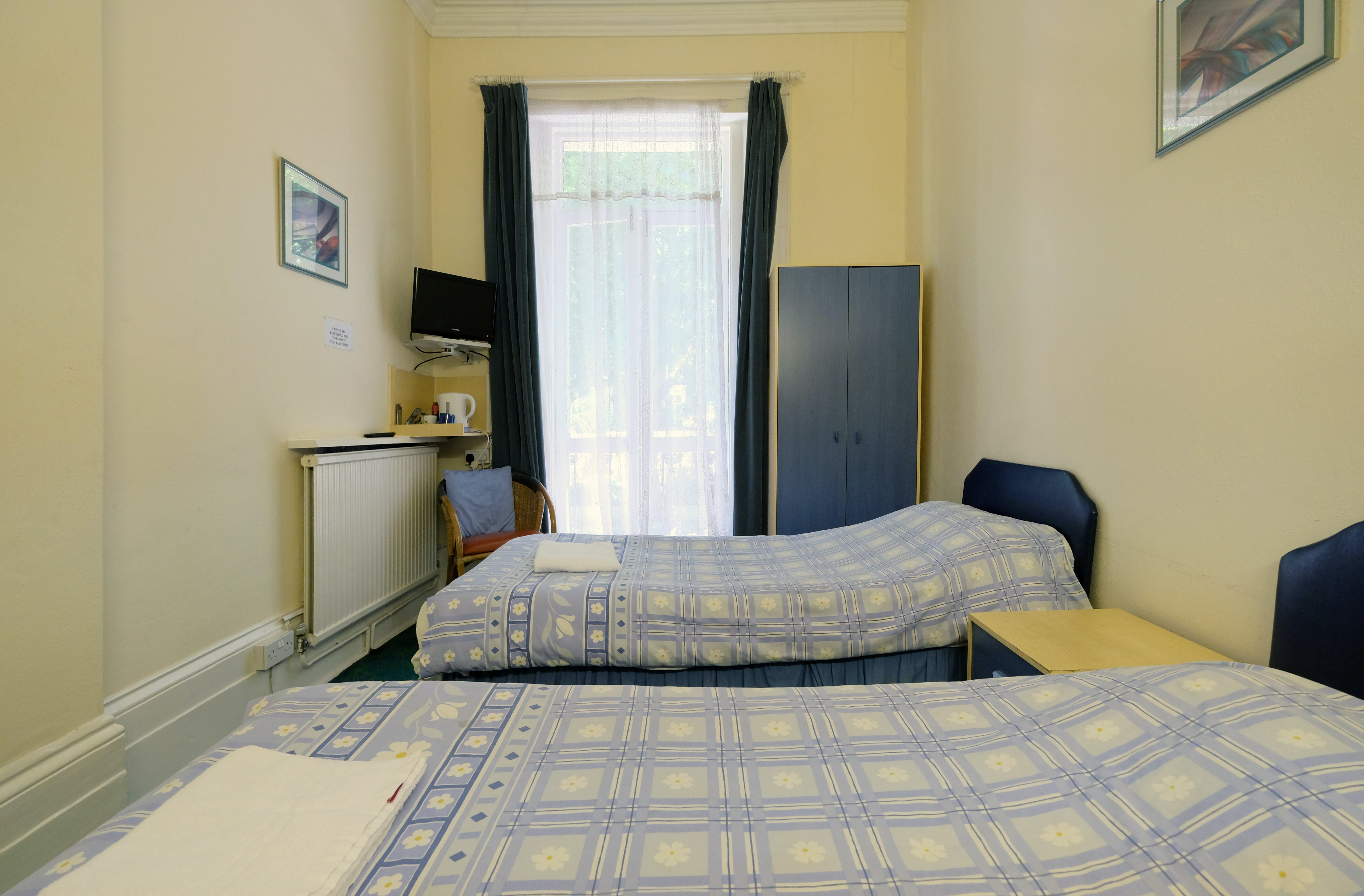 A twin room with ensuite bathroom in Paddington. London budget rooms.