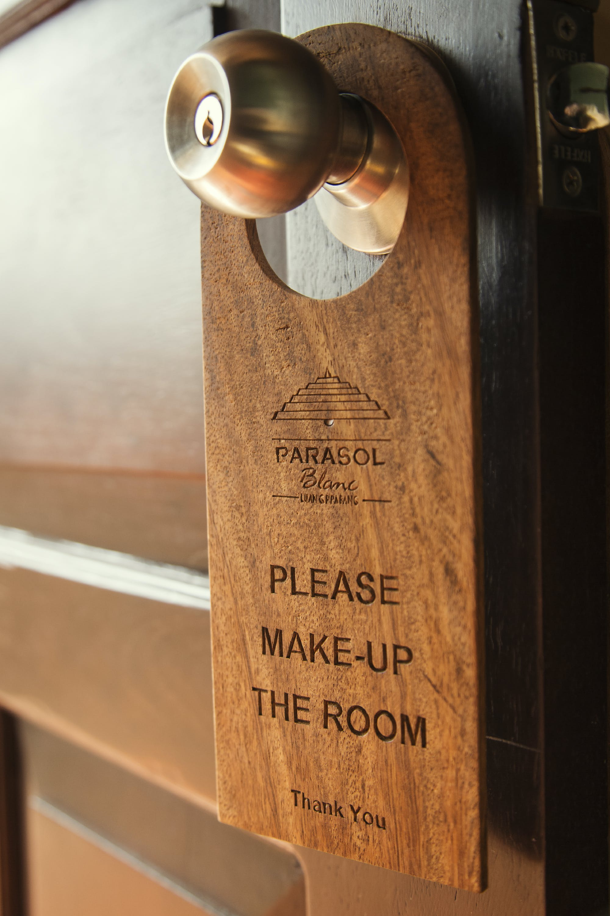 Parasol Blanc make up the room sign