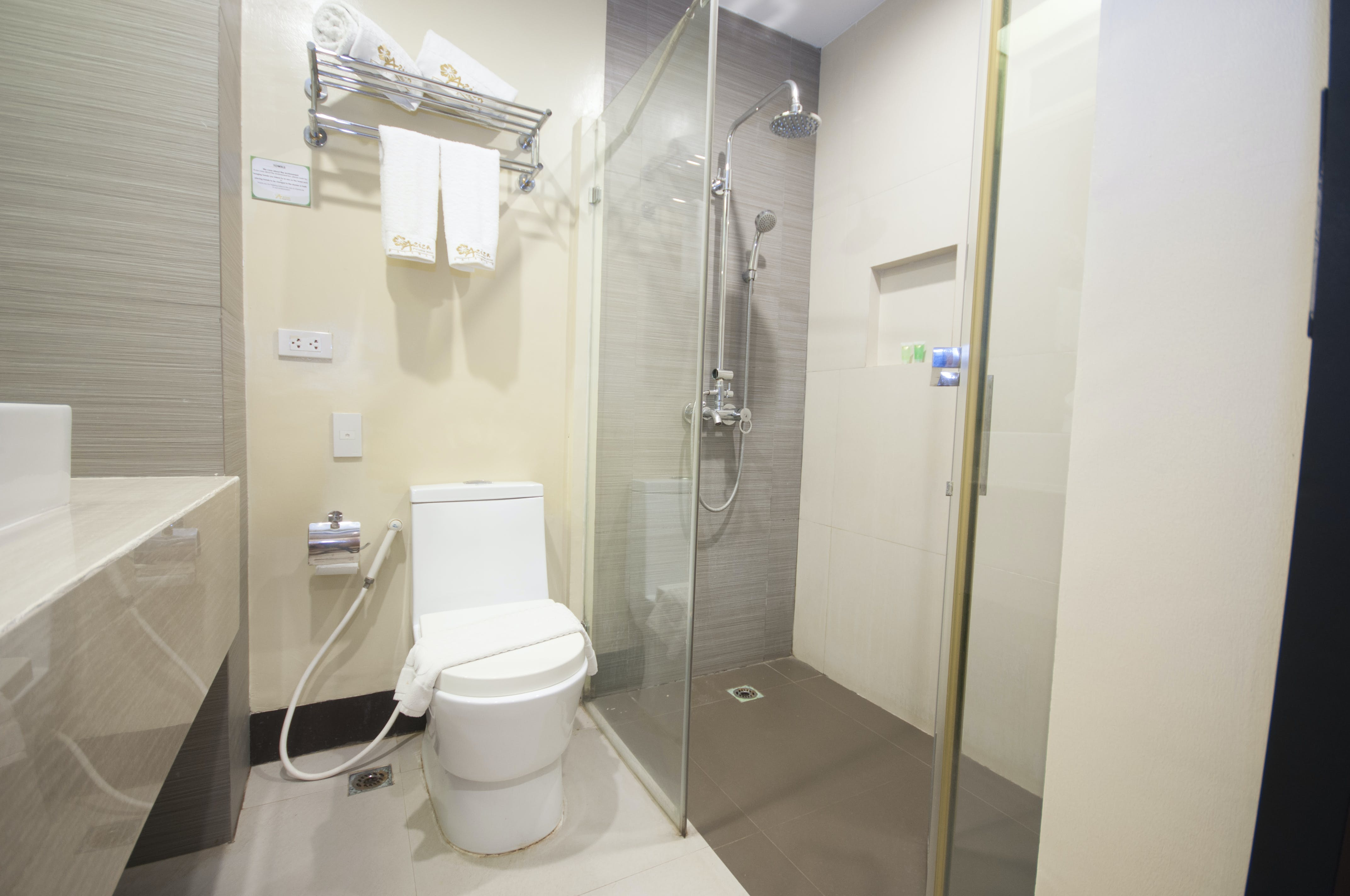 GUESTROOM'S TOILET AND BATH