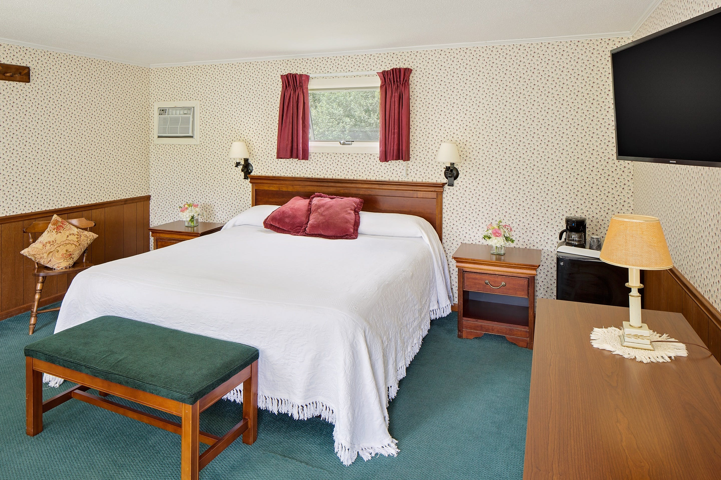 Image of our Snow King Suite or Equinox King room with 1 single bed.