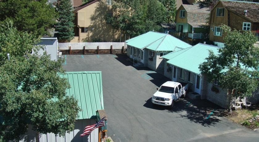 1-bedroom cabins and parking lot.