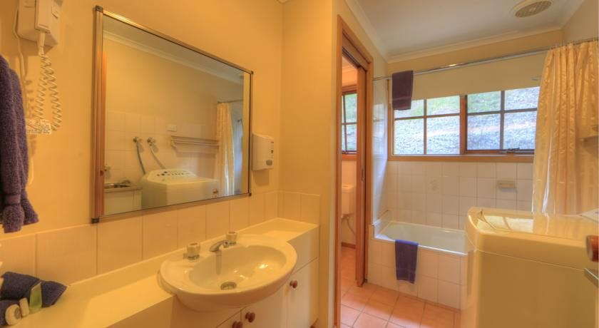 Bathroom 3 bedroom Cottages