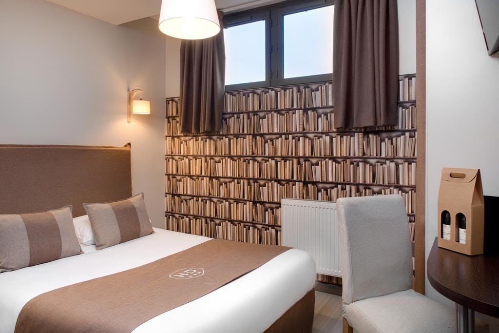Small Double Rooms Hotel Des Ducs - Lit double dans petite chambre