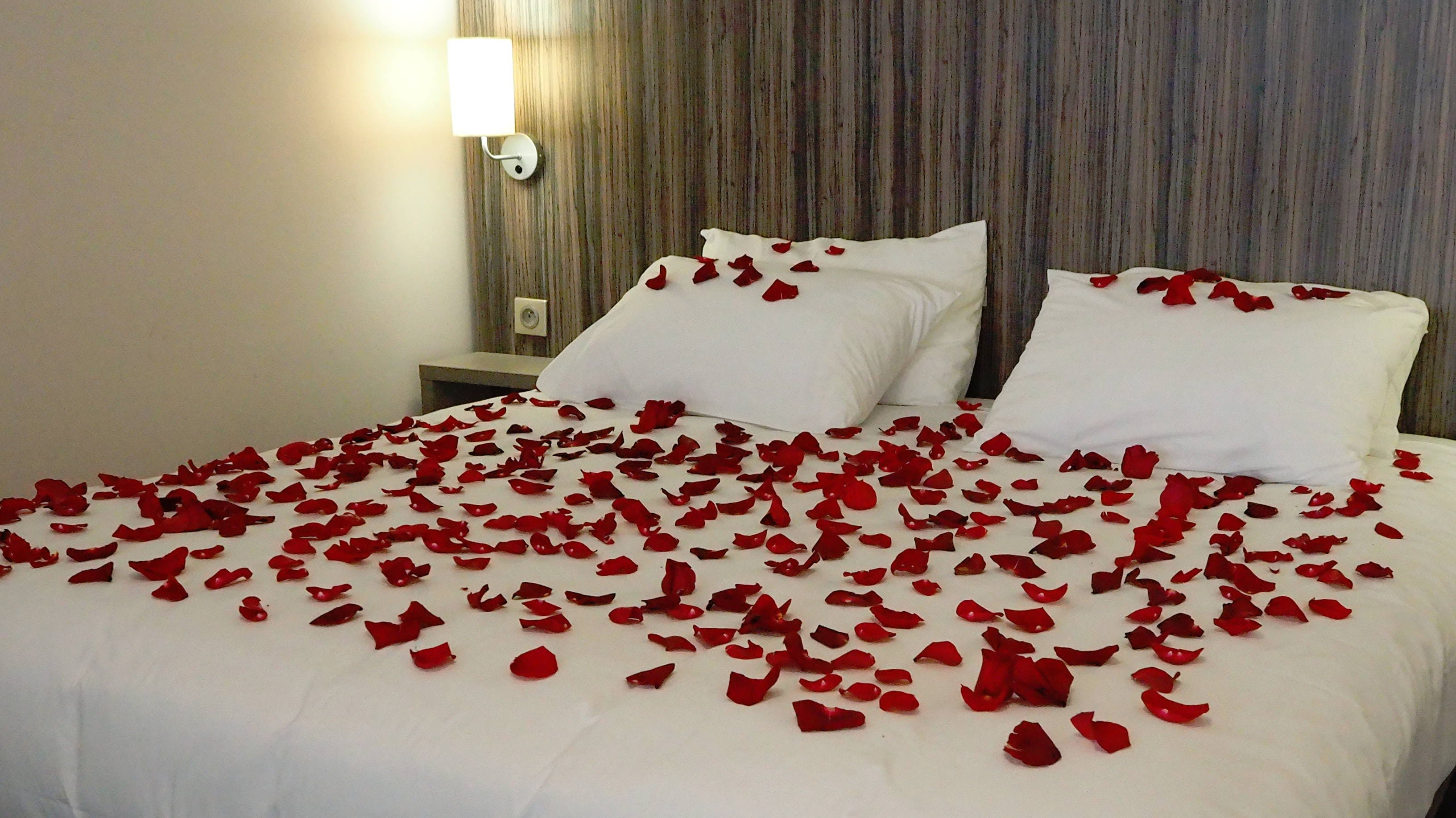 lit de pétales de roses pour un séjour romantique à Eclipse, rose petal bed for a romantic stay at Eclipse