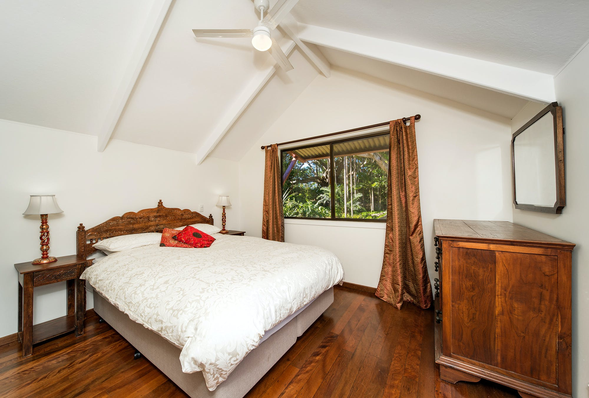 Cottage - Master Bedroom - (Queen bed)