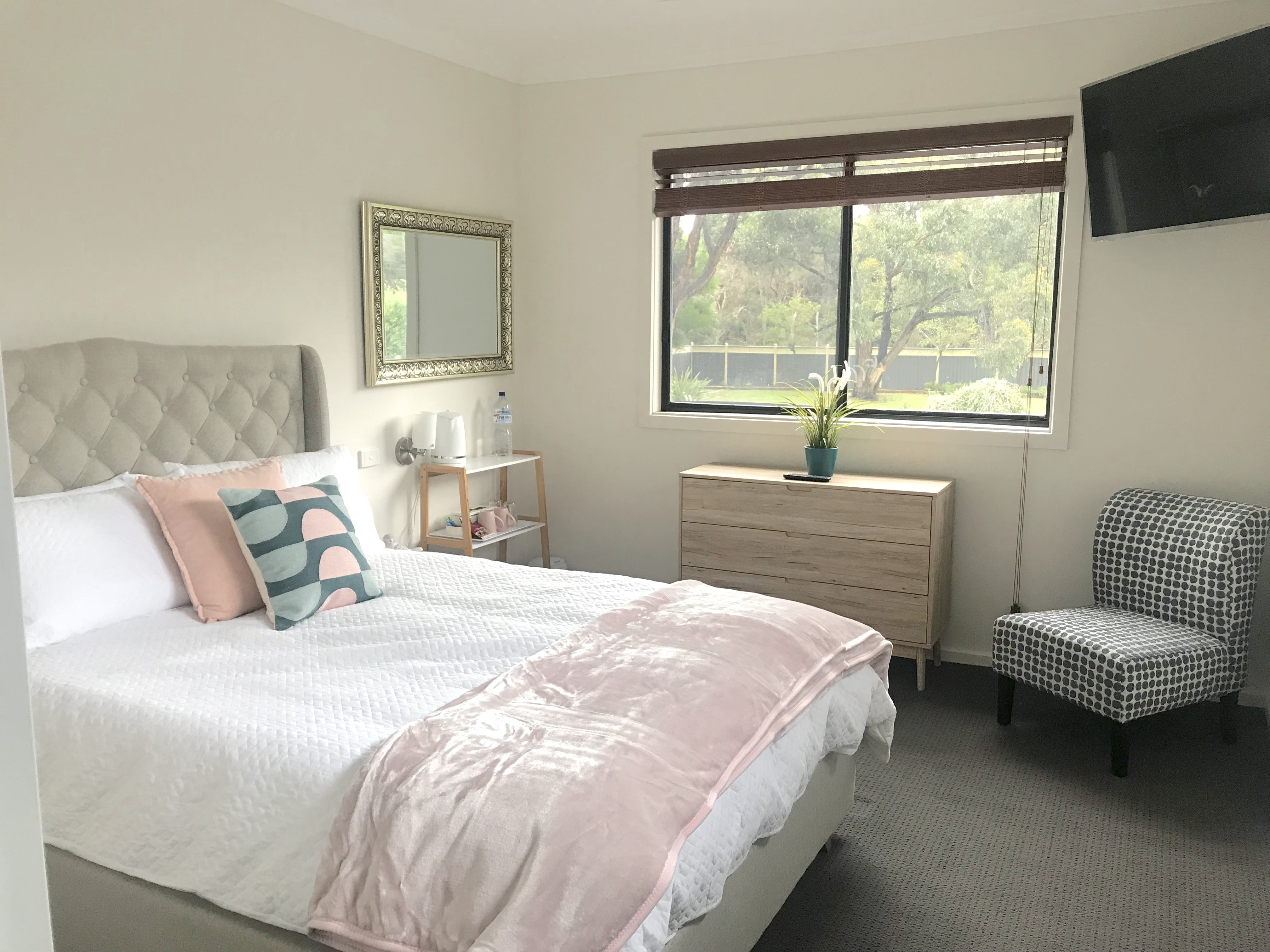 Room 1 - Deluxe Double overlooking gardens and paddock