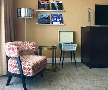 The Dylan Hotel at SFO - Deluxe Room Vinyl Record Player