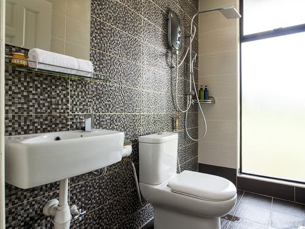 Clean & Modern bathroom with a rain showerhead and fully equipped for a comfortable shower