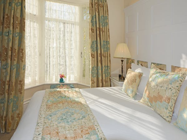 Haven Hall Hotel Garden Suite 2 bed pillows & quilt