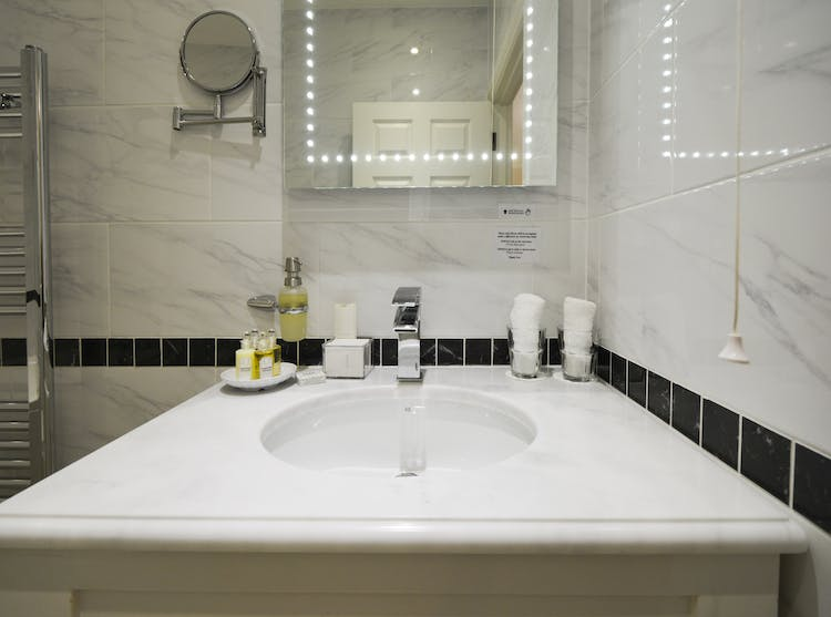 Haven Hall Hotel Garden Suite 1 bathroom basin
