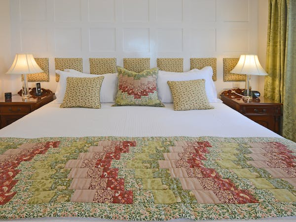 Haven Hall Hotel Sea View 2 Suite quilt & pillows