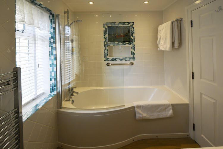 Haven Hall Hotel Sea View 2 Suite bath
