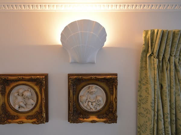 Haven Hall Hotel Sea View 2 Suite cherub wall plaques