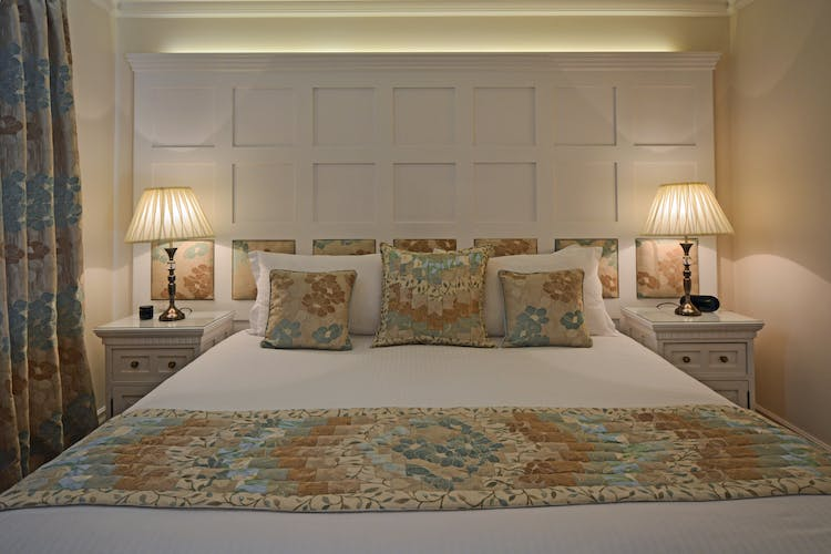 Haven Hall Hotel Garden Suite 2 bed at night