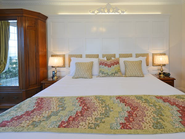 Haven Hall Hotel Sea View 1 Bedroom quilt & pillows